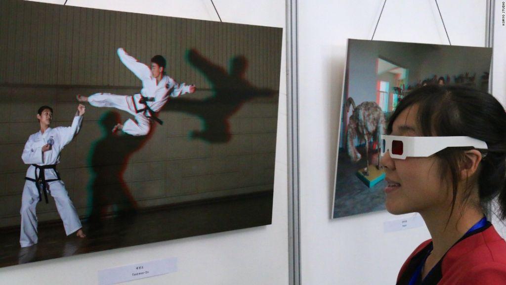 Una visitante observa una foto en 3D en la exposición 3DPRK en Pyonyang, Corea del Norte.