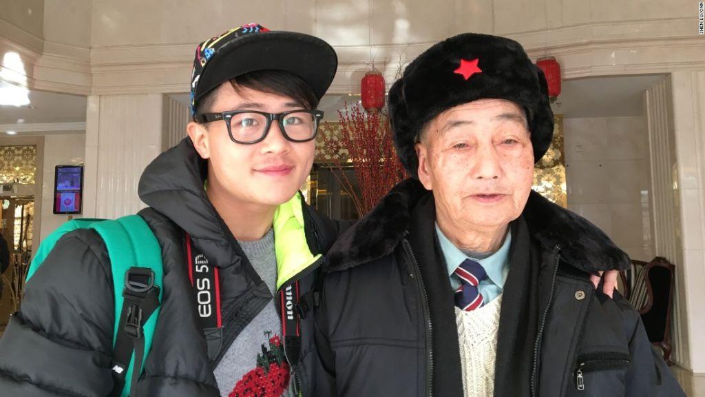 Ding Bingcai, de 85 años de edad (derecha) junto a su nieto Ding Guaoliang, en un hotel de Beijing el 26 de enero de 2016. Ambos viajaron a Beijing desde la provincia de Fujian, al sur de China, para hacer realidad el sueño de Bingcai.
