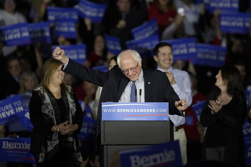 El precandidato presidencial demócrata Bernie Sanders obtuvo un empate técnico en las primarias de Iowa este 1 de febrero frente a Hillary Clinton. (Crédito: Joshua Lott/Getty Images)