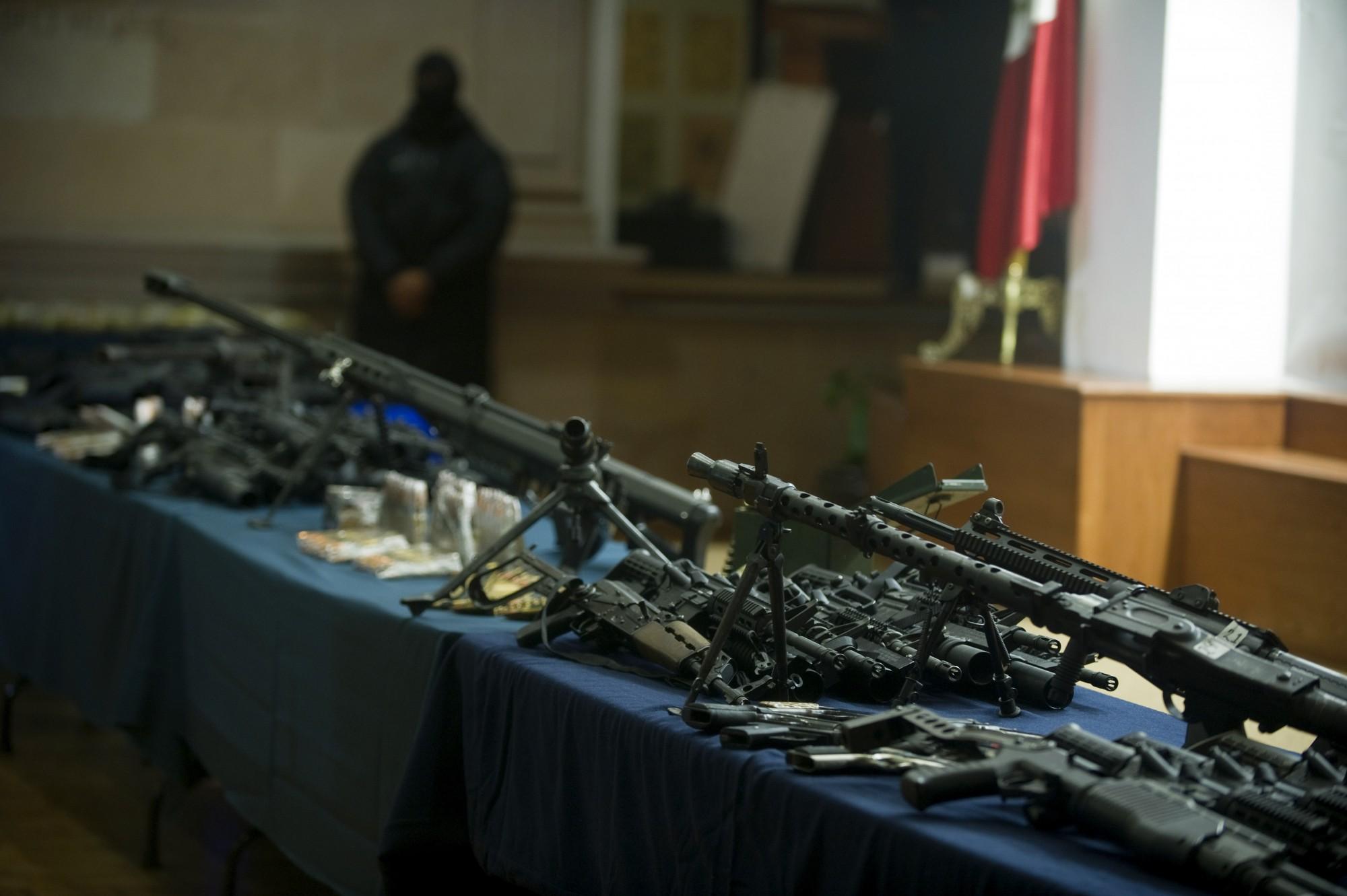 Armas automáticas, a la izquierda un MG-34 LMG de fabricación alemana, son parte de un arsenal incautado en 2012. (Crédito: Yuri Cortez/AFP/Getty Images)