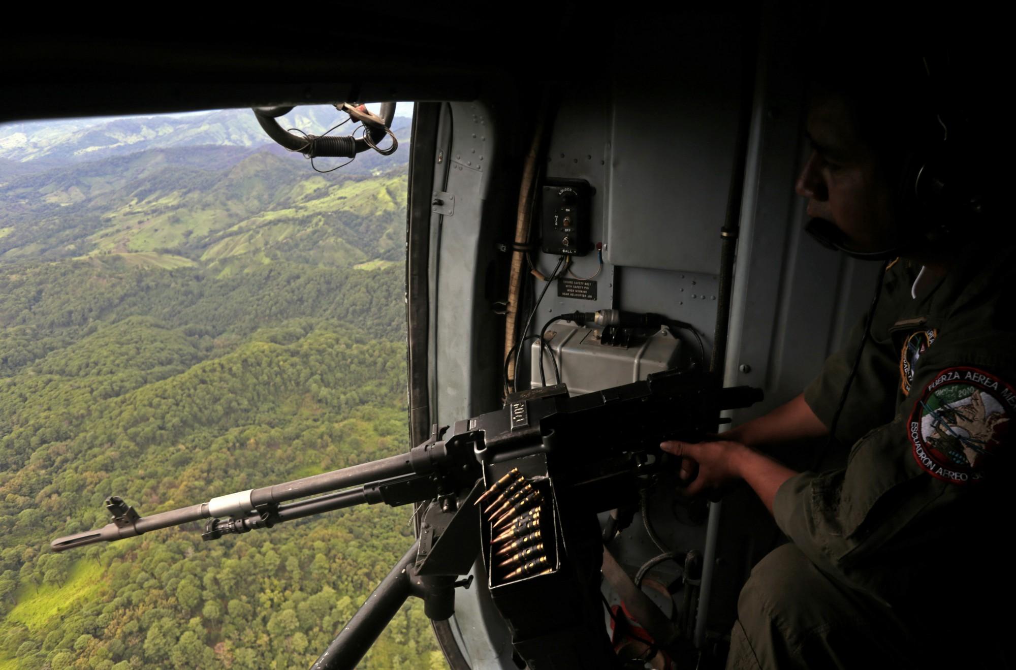 Un helicóptero de la Fuerza Aérea Mexicana vuela sobre cultivos de marihuana en el centro-sur de México en agosto de 2013. (Crédito: Pedro Pardo/AFP/Getty Images)