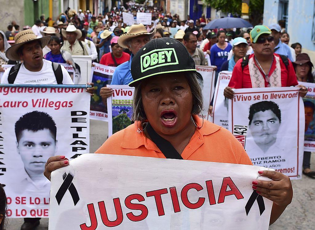 Familiares y amigos de los 43 estudiantes desaparecidos de Ayotzinapa salieron a protestar a las calles de Iguala, Guerrero en conmemoración del primer año de su desaparición. (Crédito: RONALDO SCHEMIDT/AFP/Getty Images)