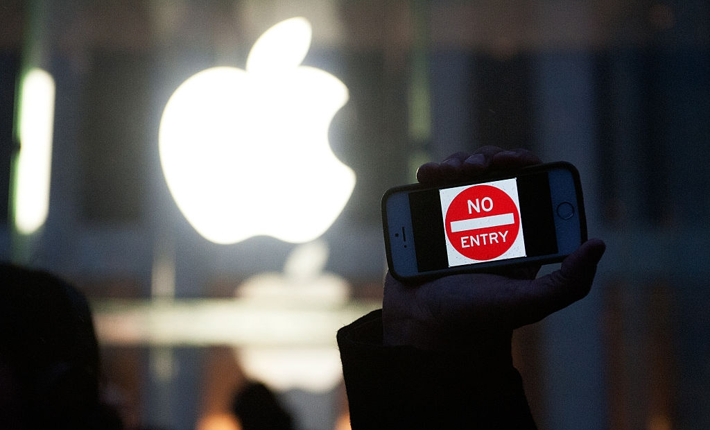 """NEW YORK, NY - FEBRUARY 23: A protestor holds up an iPhone that reads, """"No Entry"""" outside of the the Apple store on 5th Avenue on February 23, 2016 in New York City. Protestors gathered to support Apple's decision to resist the FBI's pressure to build a """"backdoor"""" to the iPhone of Syed Rizwan, one of the two San Bernardino shooters. (Photo by Bryan Thomas/Getty Images)"""