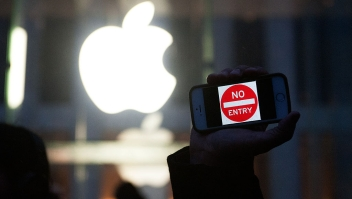"NEW YORK, NY - FEBRUARY 23: A protestor holds up an iPhone that reads, ""No Entry"" outside of the the Apple store on 5th Avenue on February 23, 2016 in New York City. Protestors gathered to support Apple's decision to resist the FBI's pressure to build a ""backdoor"" to the iPhone of Syed Rizwan, one of the two San Bernardino shooters. (Photo by Bryan Thomas/Getty Images)"