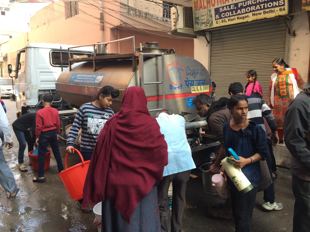 Los residentes recogen agua de un tanque en Delhi occidental.