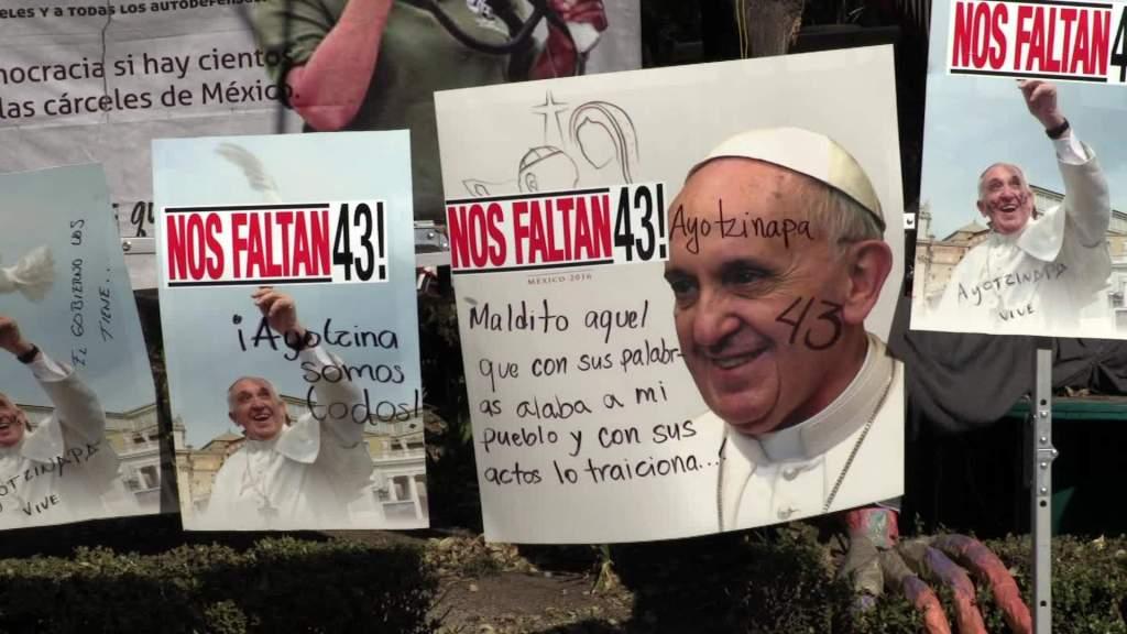 Los pósters de la visita del papa Francisco a México fueron rayados con mensajes alusivos a los 43 de Ayotzinapa. (Crédito: CNNEE)