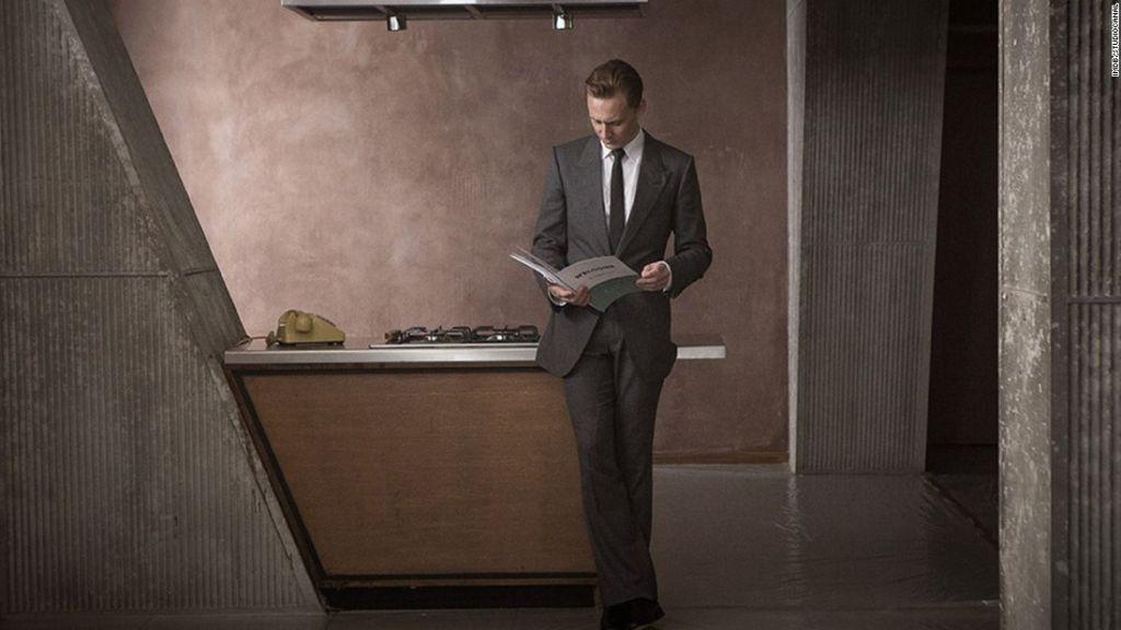 El Dr. Robert Laing (Tom Hiddleston) inspecciona su apartamento brutalista.