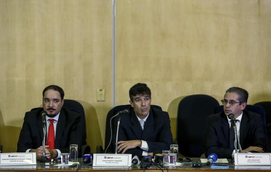 Los fiscales Fernando Henrique de Moraes Araujo (izquierda), Cessio Roberto Conserino (centro) and Jose Carlos Blat, durante una conferencia de prensa en Sao Paulo. (Crédito: MIGUEL SCHINCARIOL/AFP/Getty Images)