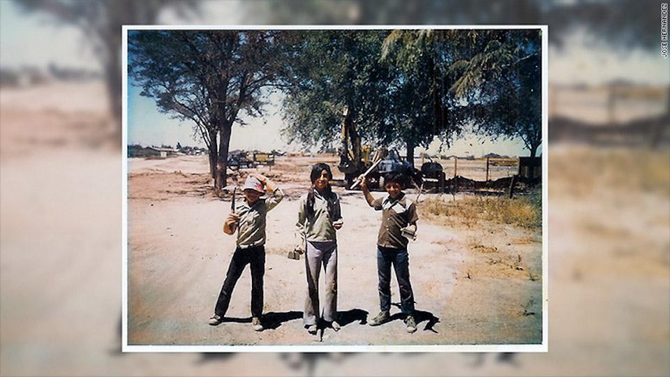 Jose (con el sombrero) con su hermana, Leticia y su hermano Gilberto.