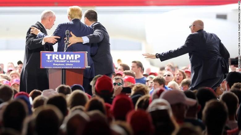 Un hombre trató de acercarse a Donald Trump durante un acto de campaña en Dayton, Ohio. Agentes del Servicio Secreto tuvieron que subir rápidamente al escenario para cubrir el precandidato republicano. (Crédito: Carrie Cochran/SIPA USA/USA Today Network/SIPA USA).