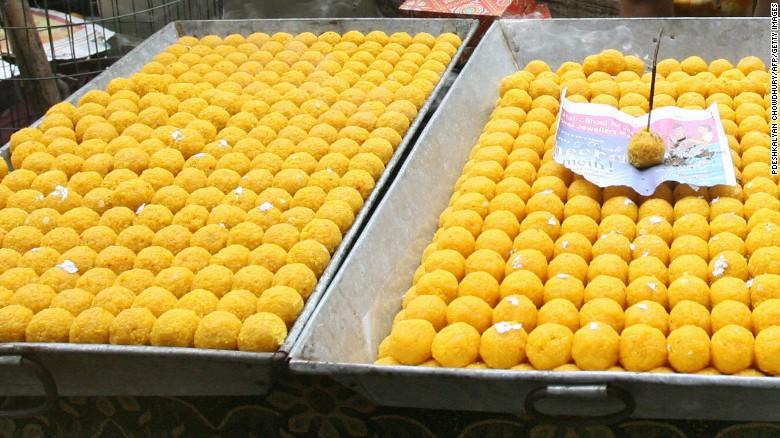 Laddu, un dulce de Pakistán hecho con azúcar y masa.