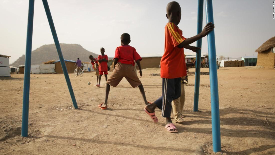 Los niños juegan en el campo de refugiados de Minawao en Camerún.