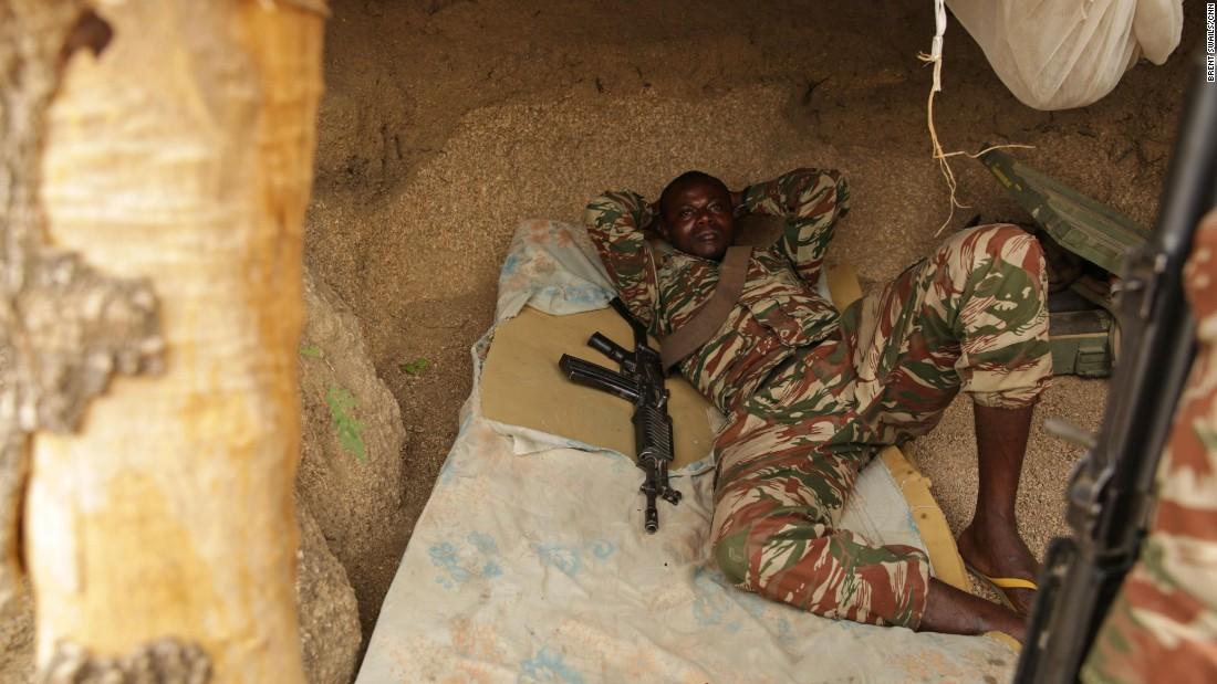 Un soldado camerunés escapa del calor de medio día en un puesto de avanzada fronterizo.