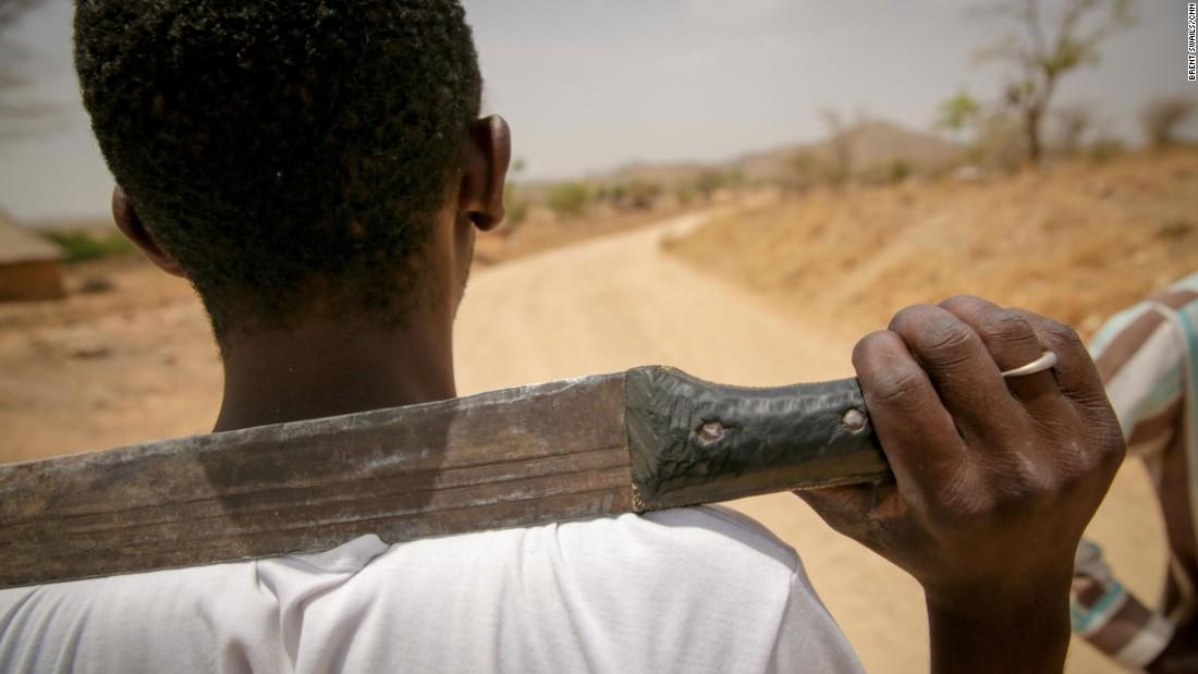 Los vigilantes en un puesto de control afuera de Baigai, Camerún, dicen que las tácticas de Boko Haram han cambiado la forma en la que perciben a los extraños.