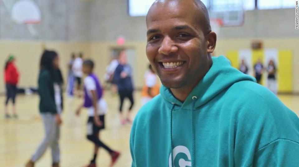 """Marquis Taylor: """"Ser entrenador le da a los chicos un sentimiento de orgullo y un sentimiento de logro al tener a niños menores que los admiran""""."""