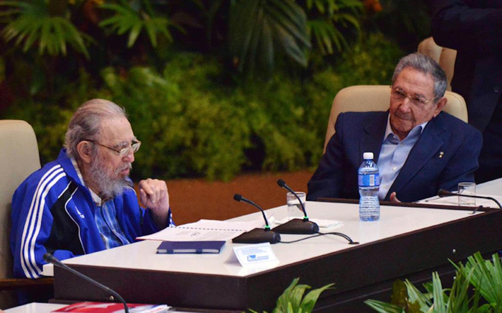 Fidel y Raúl Castro durante la clausura del séptimo congreso del Partido Comunista. (Crédito: Agencia Cubana de Noticias)
