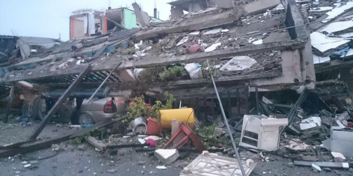 A la mañana siguiente Cristian pasó frente al hotel y tomó la foto del auto aplastado bajo los escombros. (Crédito: Tamara Alegría)
