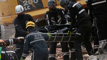Rescuers retrieve a corpse from the rubble in Portoviejo, Manabi, Ecuador on April 19, 2016. Three days after the powerful 7.8-magnitude quake struck Ecuador's Pacific coast in a zone popular with tourists, 480 people are known to have died, the government said. / AFP / Juan Cevallos (Photo credit should read JUAN CEVALLOS/AFP/Getty Images)