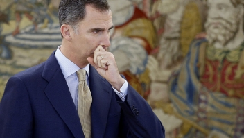 Spanish king Felipe VI waits for the arrival of Leader of left wing party Podemos at La Zarzuela Palace in Madrid, on April 26, 2016. / AFP / POOL / Angel D??az (Photo credit should read ANGEL DIAZ/AFP/Getty Images)