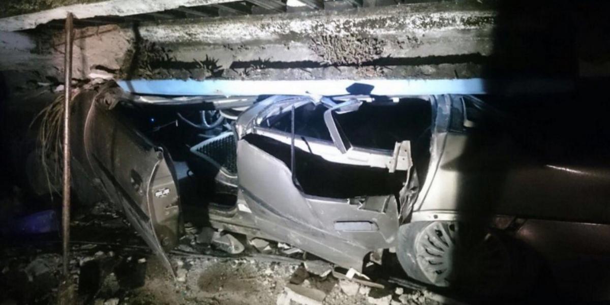Así quedó el auto bajo los escombros del Gran Hotel de Pedernales. (Crédito: Tamara Alegría)