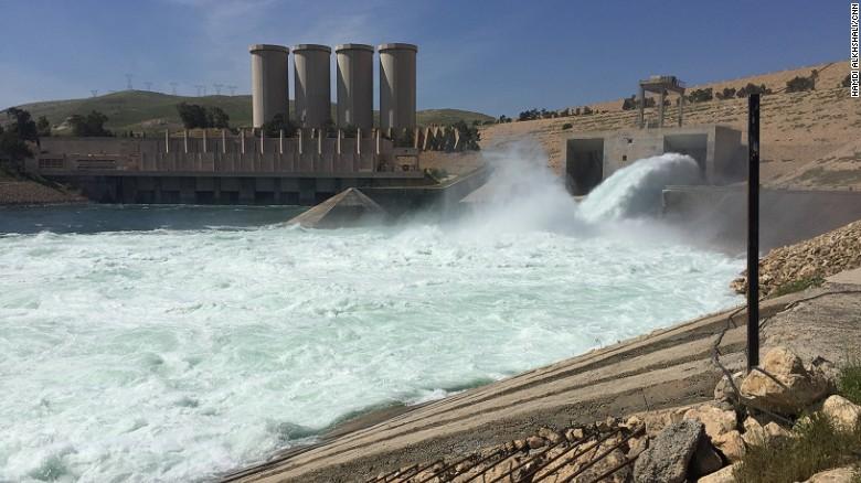 Solo una de las dos puertas de salida de la presa de Mosul está funcionando; la otra está a la espera de reparación.