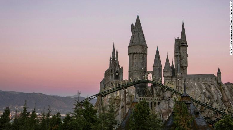 Universal Estudios en Hollywood abrió las puertas del Mundo Mágico de Harry Potter el 7 de abril. La nueva atracción tomó cinco años en ser construida.