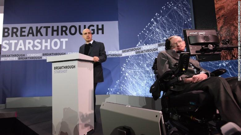 El filántropo Yuri Milner (izquierda) y el físico Stephen Hawking durante una conferencia de prensa para anunciar la misión 'Breakthrough Startshot' de la que el CEO de Facebook, Mark Zuckerberg, también tiene un puesto en la junta directiva.
