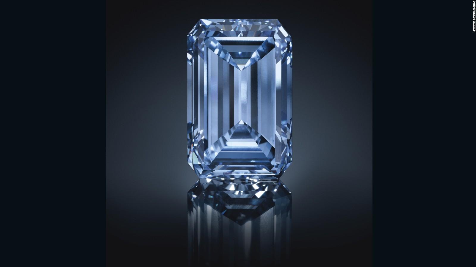 El diamante azul más grande del mundo y una de las piedras más raras del mundo, conocida como 'Oppenheimer Blue', fue vendida por 57.5 millones de dólares el pasado 18 de mayo de 2016 en una subasta de Christie's en Ginebra. Este es el diamante más caro alguna vez subastado en la historia.