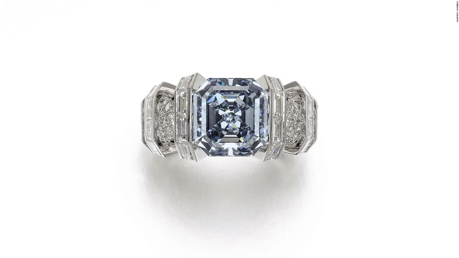 Este inusual anillo de diamante conocido como 'Fancy Vivid Blue' y con un valor estimado de 25 millones de dólares será subastado el 16 de noviembre de 2016. La piedra también es conocida como diamante 'Sky Blue'.