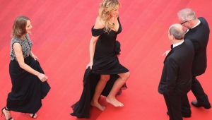 CANNES, FRANCE - MAY 12: Producer Jodie Foster (L) and actress Julia Roberts, walking bare foot, walk up upon their arrival at the 'Money Monster' premiere during the 69th annual Cannes Film Festival at the Palais des Festivals on May 12, 2016 in Cannes, France. (Photo by Andreas Rentz/Getty Images)