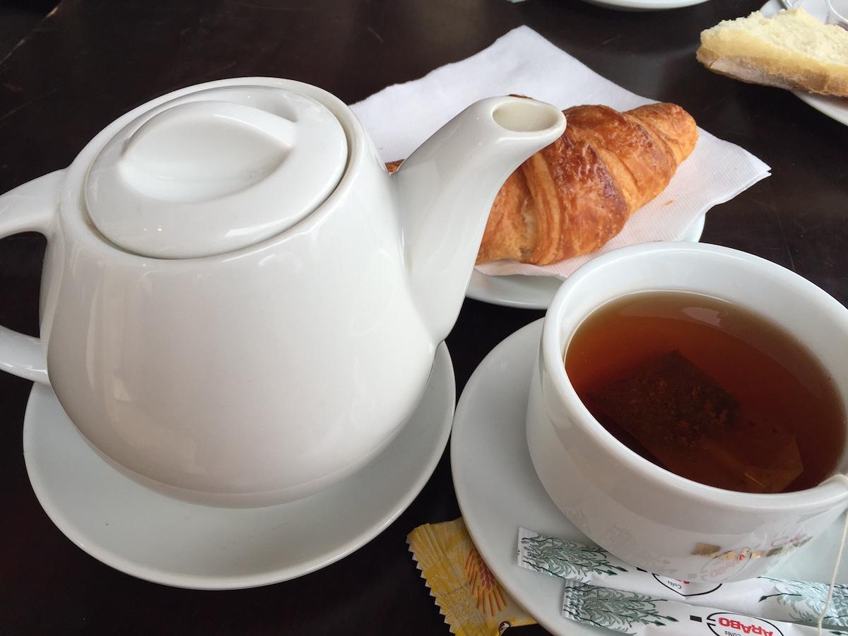 Este desayuno, que consta de té y un croissant, puede costarte 5 euros. (Crédito: CNNEspañol / MVL)