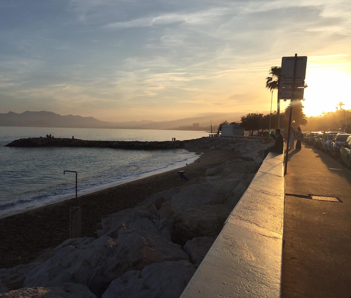 Retirado del epicentro del Festival, caminar por la orilla de la playa es una opción para disfrutar de la ciudad. (Crédito: CNNEspañol / MVL)