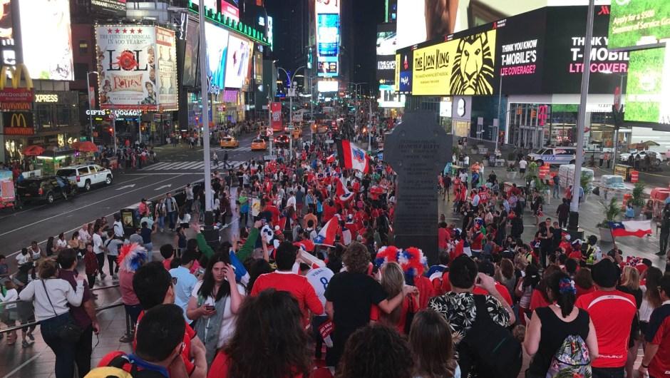 Decenas de chilenos se congregaron en Times Square, en Nueva York, para celebrar el triunfo de su selección frente a la de Argentina para ganar la Copa América Centenario. Crédito: Miguel Angel Antoñanzas/CNN