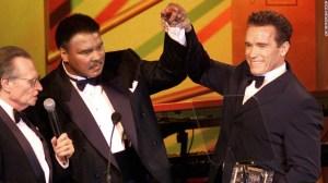 Ali con Arnold Schwarzenegger durante un evento de caridad en marzo de 2002, en que galardonaron a Ali por su fundación de investigación de Parkinson
