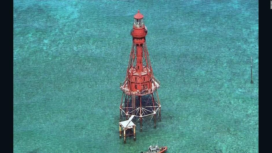 Un grupo de migrantes cubanos logró encaramarse en una plataforma del Faro American Shoal.