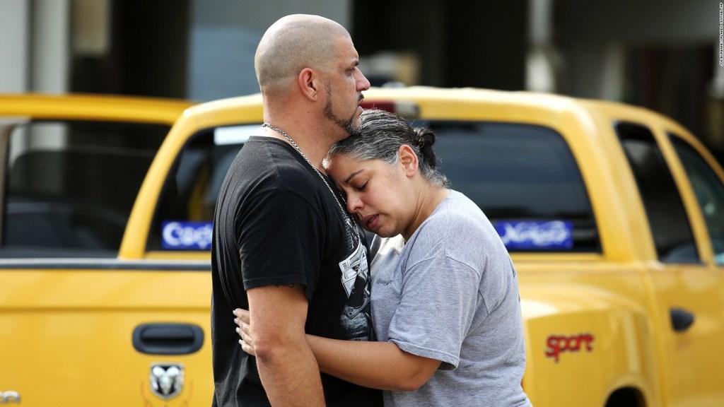 Ray Rivera, un disc-jockey de la discoteca Pulse, es consolado por una amiga junto al Departamento de Policía de Orlando.