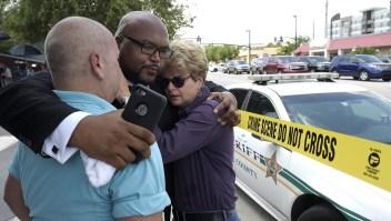 El pastor Kelvin Cobaris abraza a la Comisionada de la ciudad de Orlando, Patty Sheehan, y a Terry DeCarlo, director ejecutivo del Centro LGBT de Florida Central, después del tiroteo en el club nocturno Pulse, que dejó al menos 50 muertos y 53 heridos.