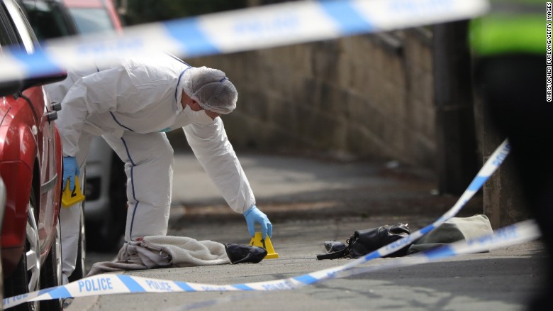 Autoridades examinan el lugar donde Cox fue atacada.