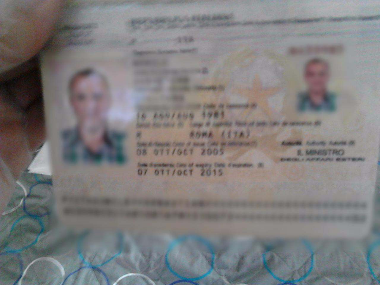 Uno de los pasaportes que decomisaron las autoridades (Crédito: Migración Colombia)