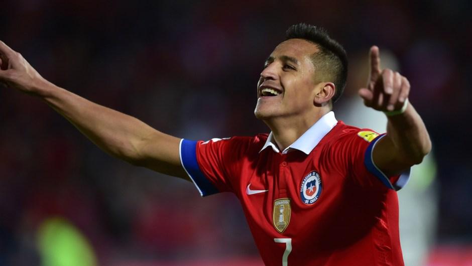 Alexis Sánchez celebra después de anotar contra Brasil durante un partido de clasificación para el Mundial de 2018 en el estadio Nacional de Santiago de Chile, el 8 de octubre de 2015. Crédito: MARTIN BERNETTI / AFP / Getty Images.