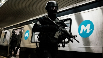 Policías brasileños se entrenan en las medidas de seguridad en coordinación con la Policía Nacional Francesa (REID) antes de los Juegos Olímpicos y Paralímpicos de Río 2016, en una estación de metro en Río de Janeiro, Brasil, el 10 de junio de 2016. Crédito: Yasuyoshi CHIBA / AFP / Getty Images