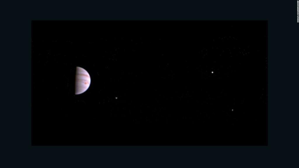 Esta es una de las primeras imágenes captadas por JunoCam.