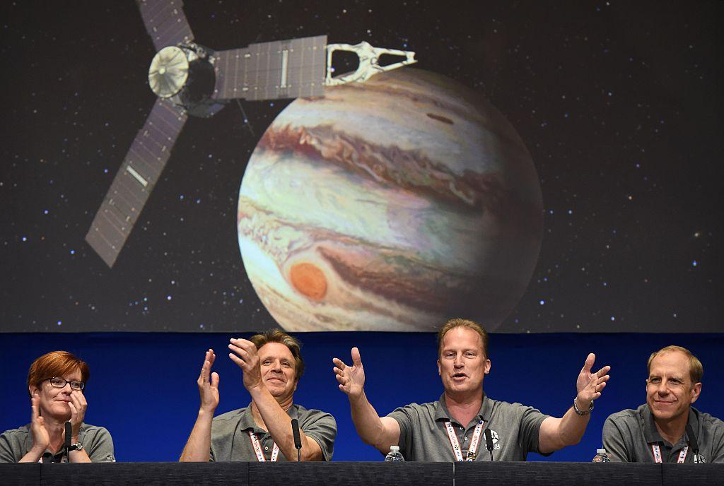 Juno llega a Júpiter — Luego de 5 años de viaje, la sonda espacial Juno entró este lunes en la órbita de Júpiter. Juno dará 37 vueltas a Júpiter a lo largo de 20 meses para ayudar a comprender cómo se formó y evolucionó ese planeta. Adriana Ocampo, una científica latina, está detrás de esta misión espacial. (Crédito: ROBYN BECK/AFP/Getty Images)