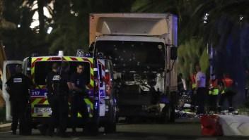 Agentes de policía y equipos de rescate junto a la camioneta que embistió a una multitud que contemplaba un espectáculo de fuegos artificiales en la ciudad de Niza, en Francia, el 14 de julio de 2016. Crédito VALERY HACHE / AFP / Getty Images.