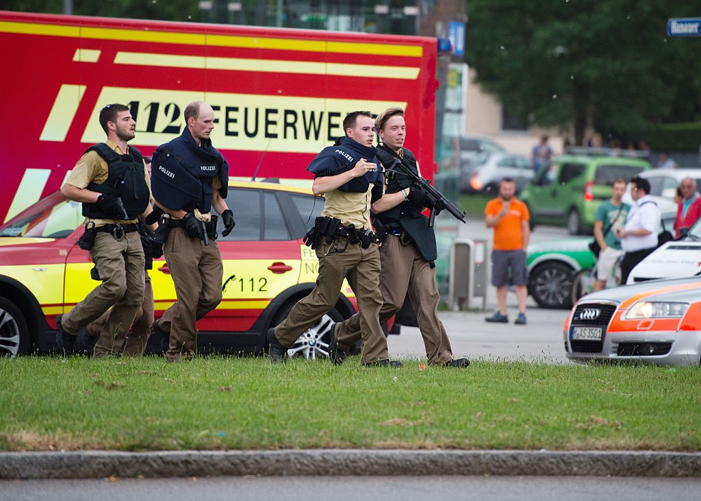 La policía camina cerca de un centro comercial en pleno tiroteo este 22 de julio en Munich (Crédito: MATTHIAS BALK/AFP/Getty Images)
