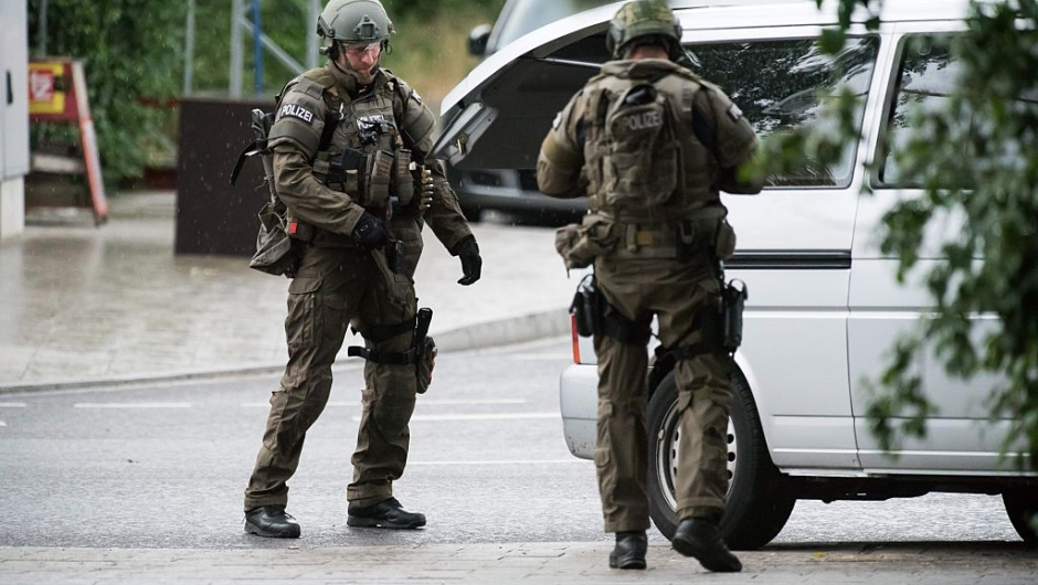 Police secures the area outside a shopping center in Munich on July 22, 2016 following a shooting. At least one person has been killed and 10 wounded in a shooting at a shopping centre in Munich on Friday, German police said. / AFP / STR (Photo credit should read STR/AFP/Getty Images)