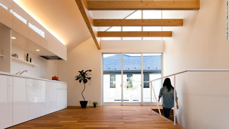 Todo tiene su lugar en la Casa M de Atelier Tekuto. El espacio despejado se siente espacioso y grande, un efecto que se acentúa por las ventanas que van del piso al techo.