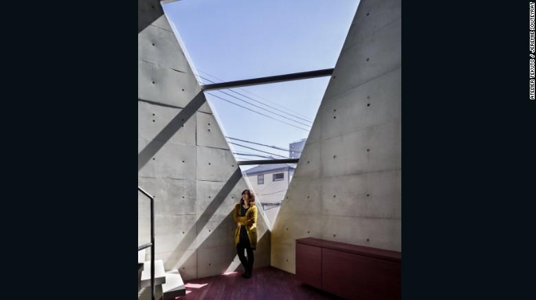 Dos químicos son los propietarios de propios de 'R Torso C' y pidieron específicamente un diseño concreto con un enfoque ecológico. Atelier Tekuto desarrolló un nuevo tipo de cemento ecológico, llamado Shirashu.