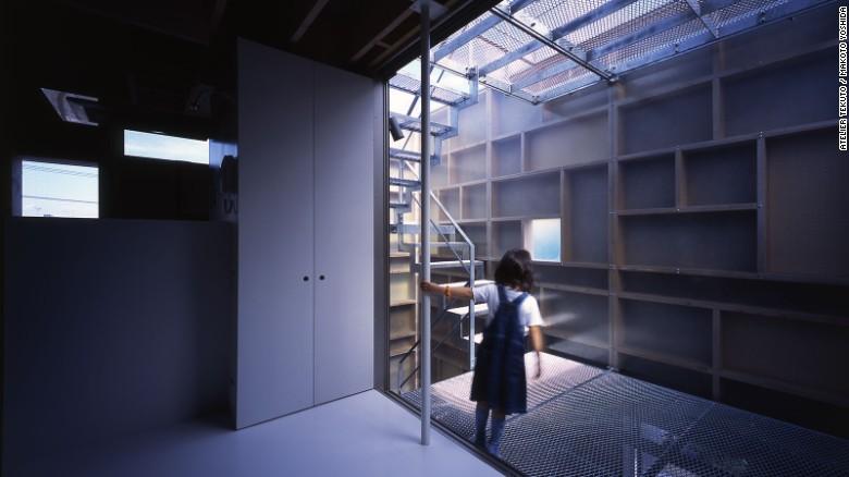 También arquitecto, el dueño de 'Layers' solicitó un hogar que pudiera dar cabida a múltiples generaciones, así como patios exteriores y escaleras de conexión. Mediante el uso de una mezcla de materiales, Atelier Tekuto logró un diseño único y funcional.