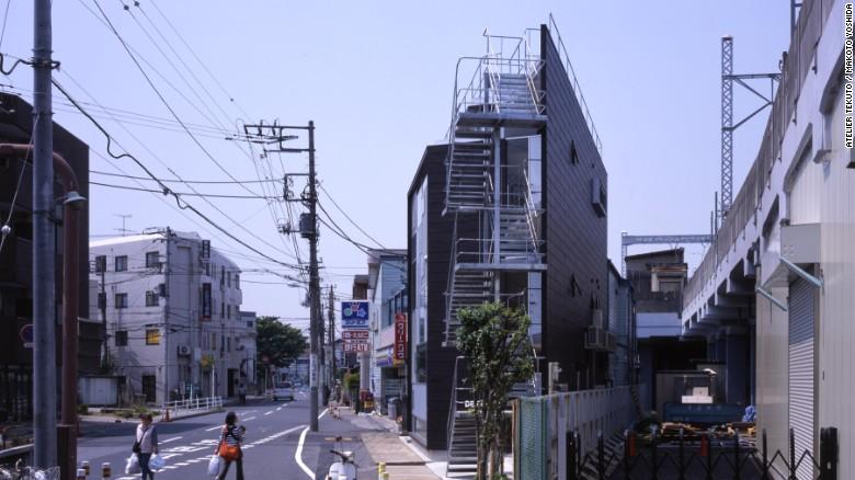 Esta parcela de tierra triangular está en la intersección de dos calles. Atelier Tekuto lo convirtió en un amplio taller y casa privada, con ventanas colocadas estratégicamente para equilibrar la privacidad y la luz natural.